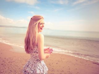 Девушка летом на пляже